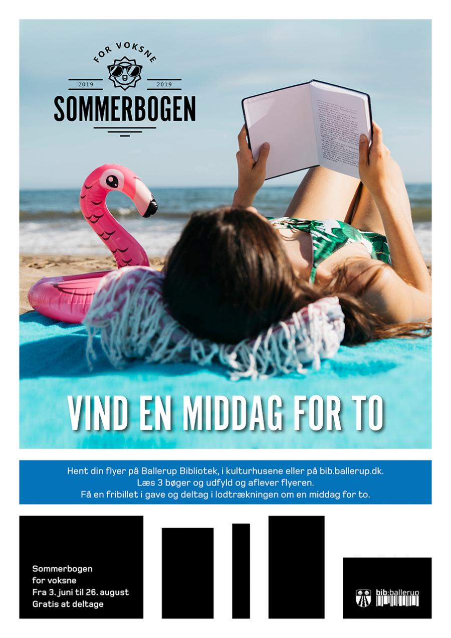 Kvinde ligger på stranden og læser