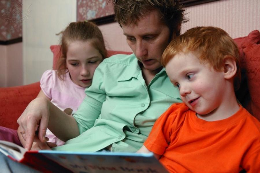 Billede af en familie der læser sammen