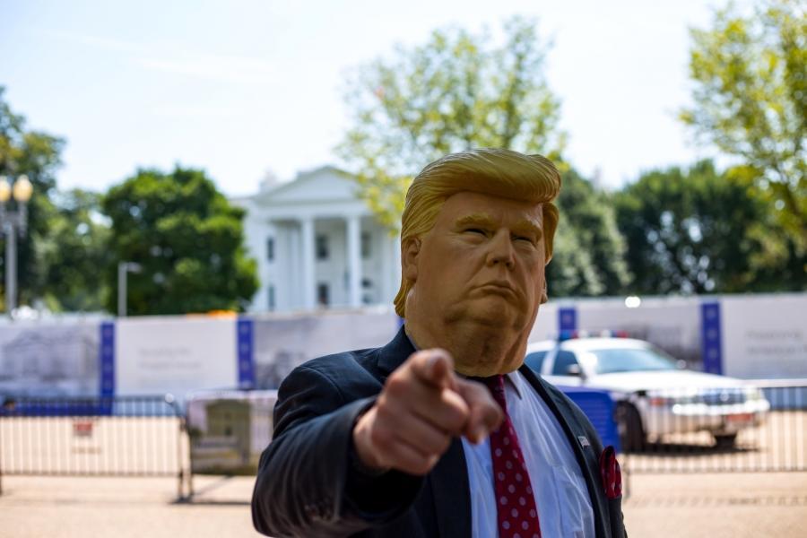 Mand med Donald Trump-maske