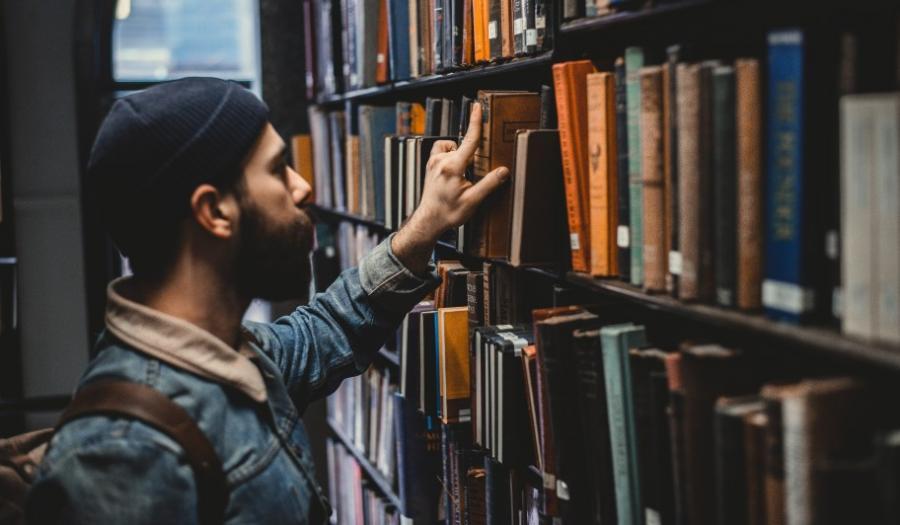 mand kigger på bøger