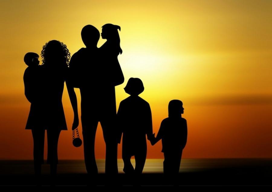 En familie, der umiddelbart ser lykkelig