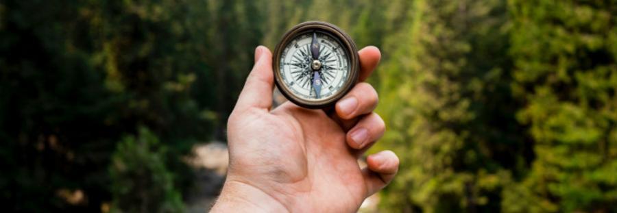 Mand holder et kompas