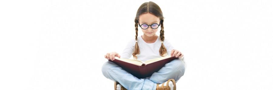 Læsende pige