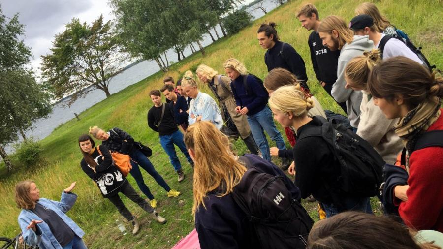 gruppe unge vand græs Sydhavnstippen