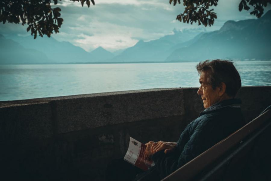 Læsende person ved vandet