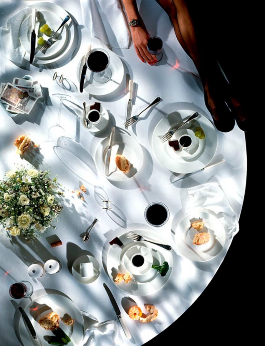 dækket bord med rester fra et middagsselskab