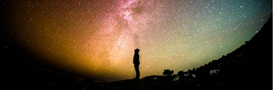 Mand kigger på stjerner