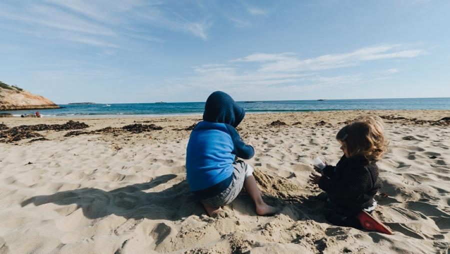 billede af børn på en strand