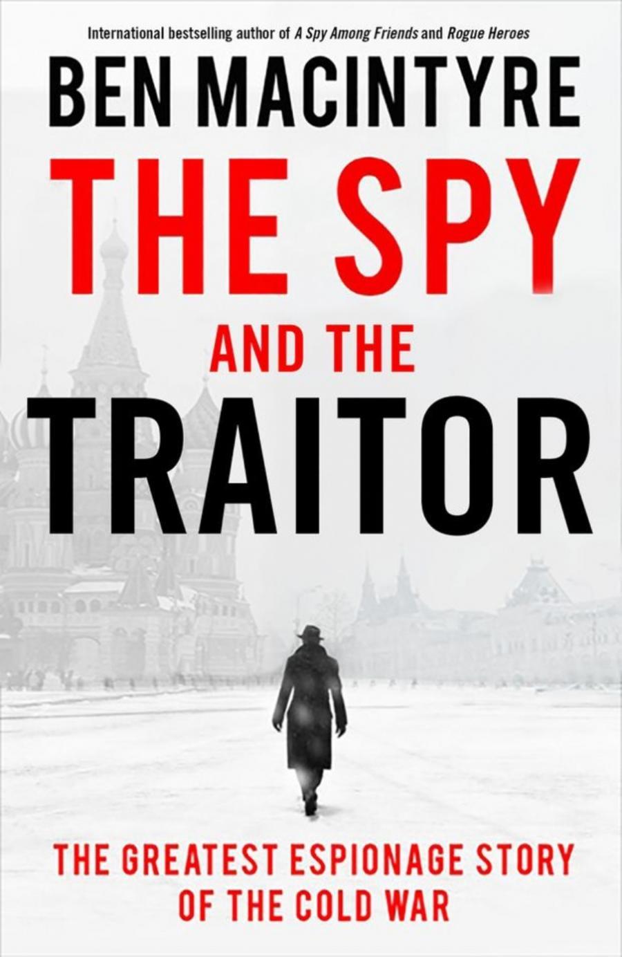 bogforside med titlen The spy and the traitor, billede af den rødeplads og en mand i trenchcoat